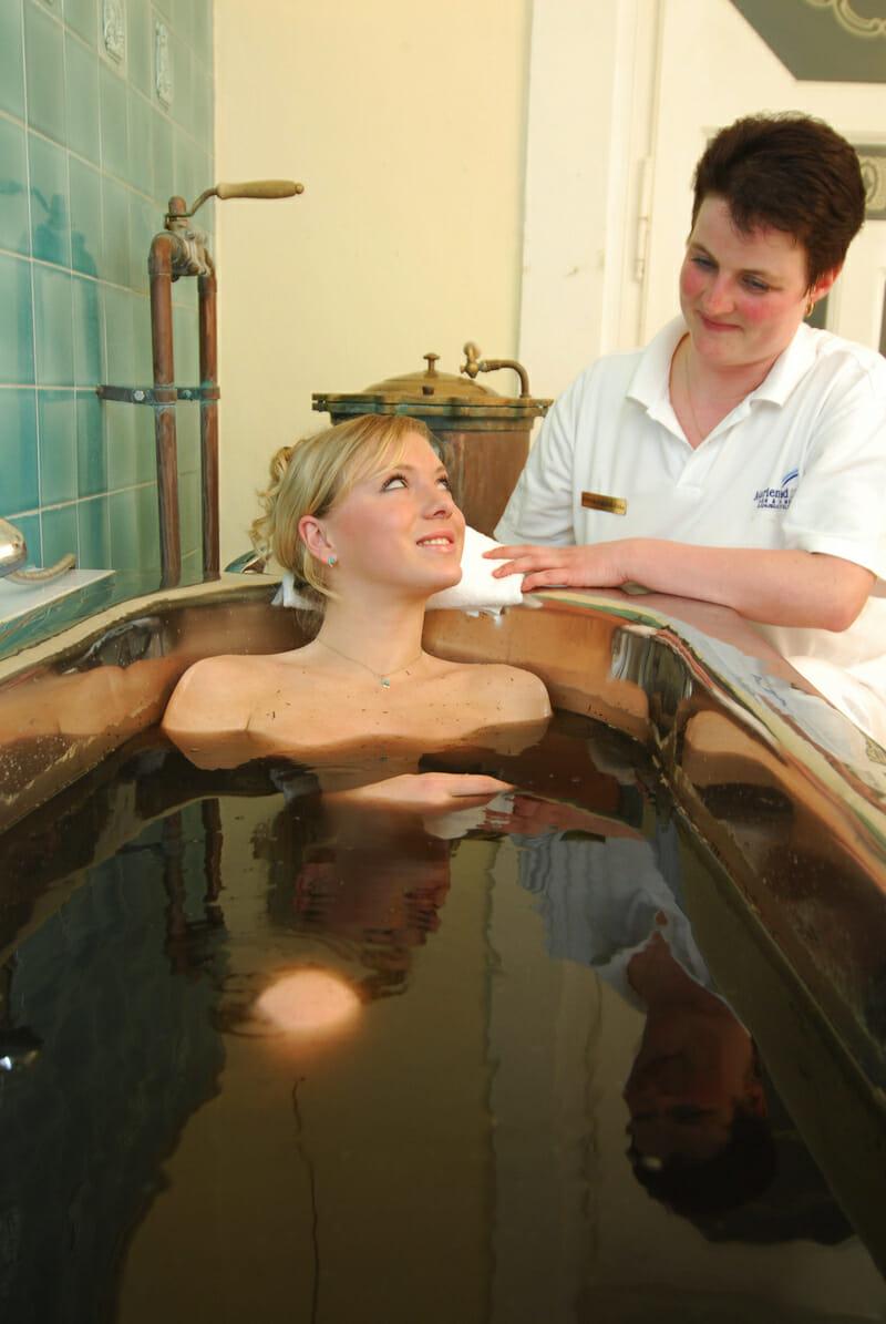 Počas procedúry klient pokojne leží vo vani a po kúpeli je mu aplikovaný suchý zábal, v ktorom je nutné vydržať okolo 20 minút.