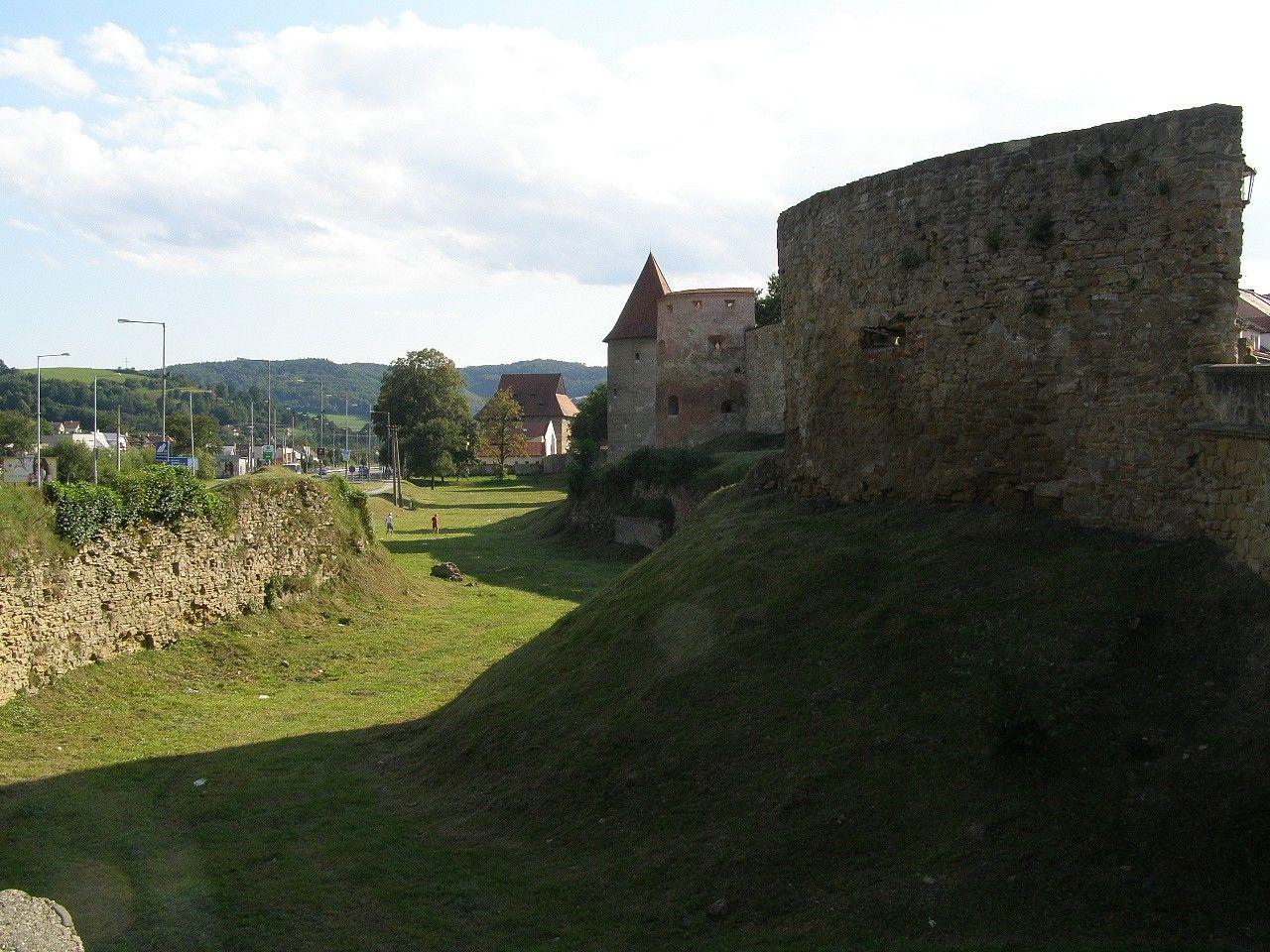 Pohľad na priekopu pred pevnostným múrom