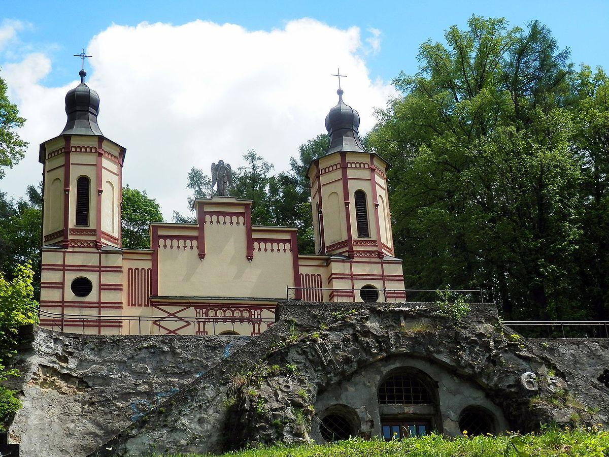 Kostol sv. Kríža v pozadí, v popredí kaplnka sv. Márie Magdalény