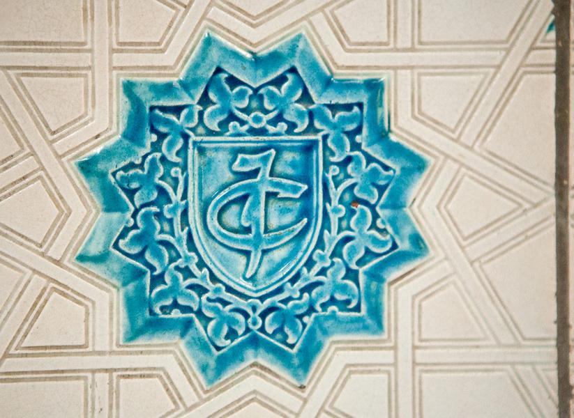 Detailný záber na obkladačku s inicálami Ifigénia de Castries d´Harcourt