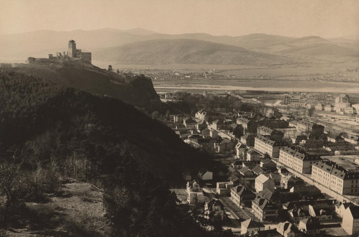 Historický pohľad na Trenčín a Trenčiansky hrad z roku 1940