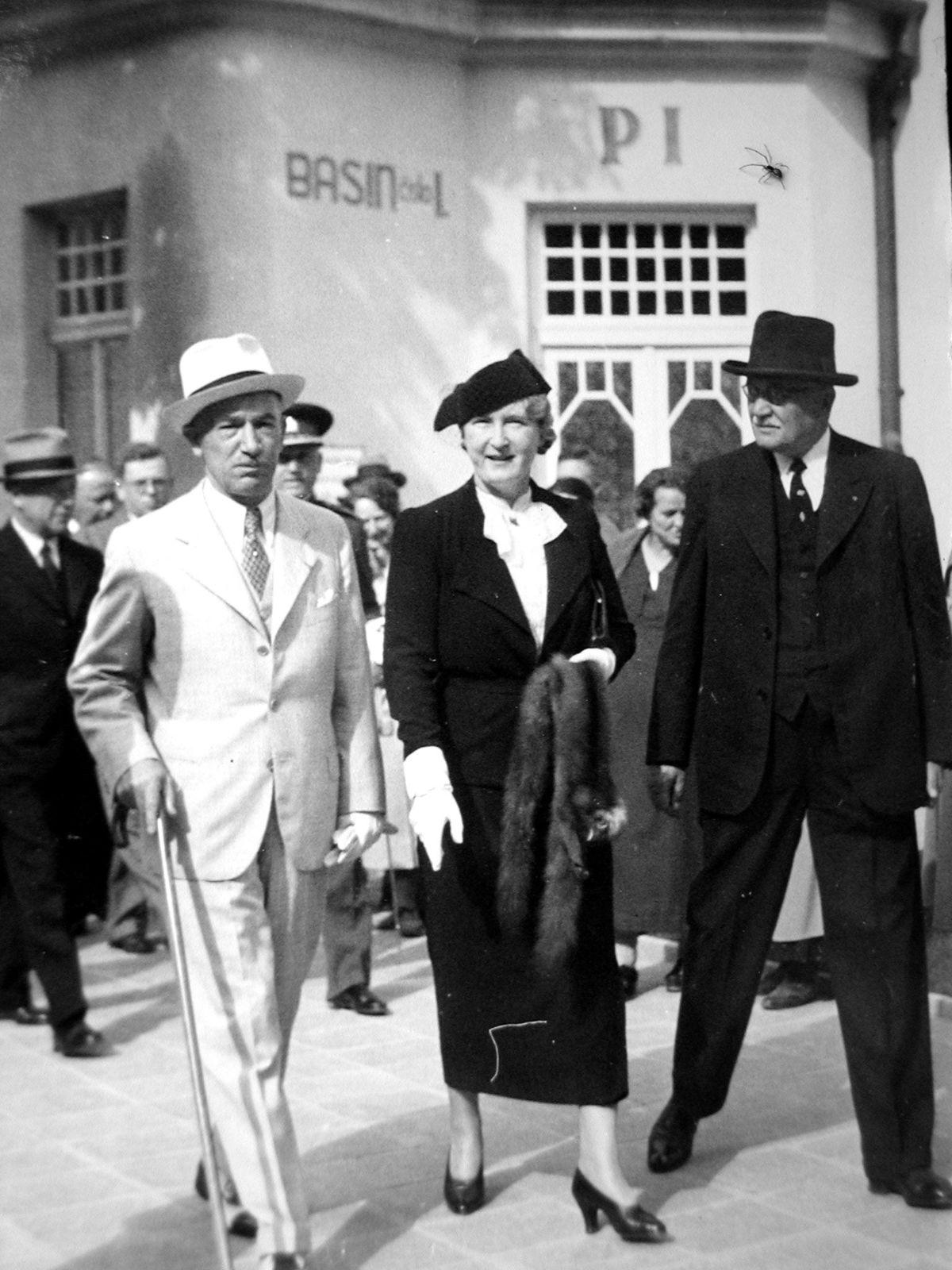 Prezident Edvard Beneš, v bielom obleku, s manželkou Hanou pri otvorení kúpaliska Zelená žaba