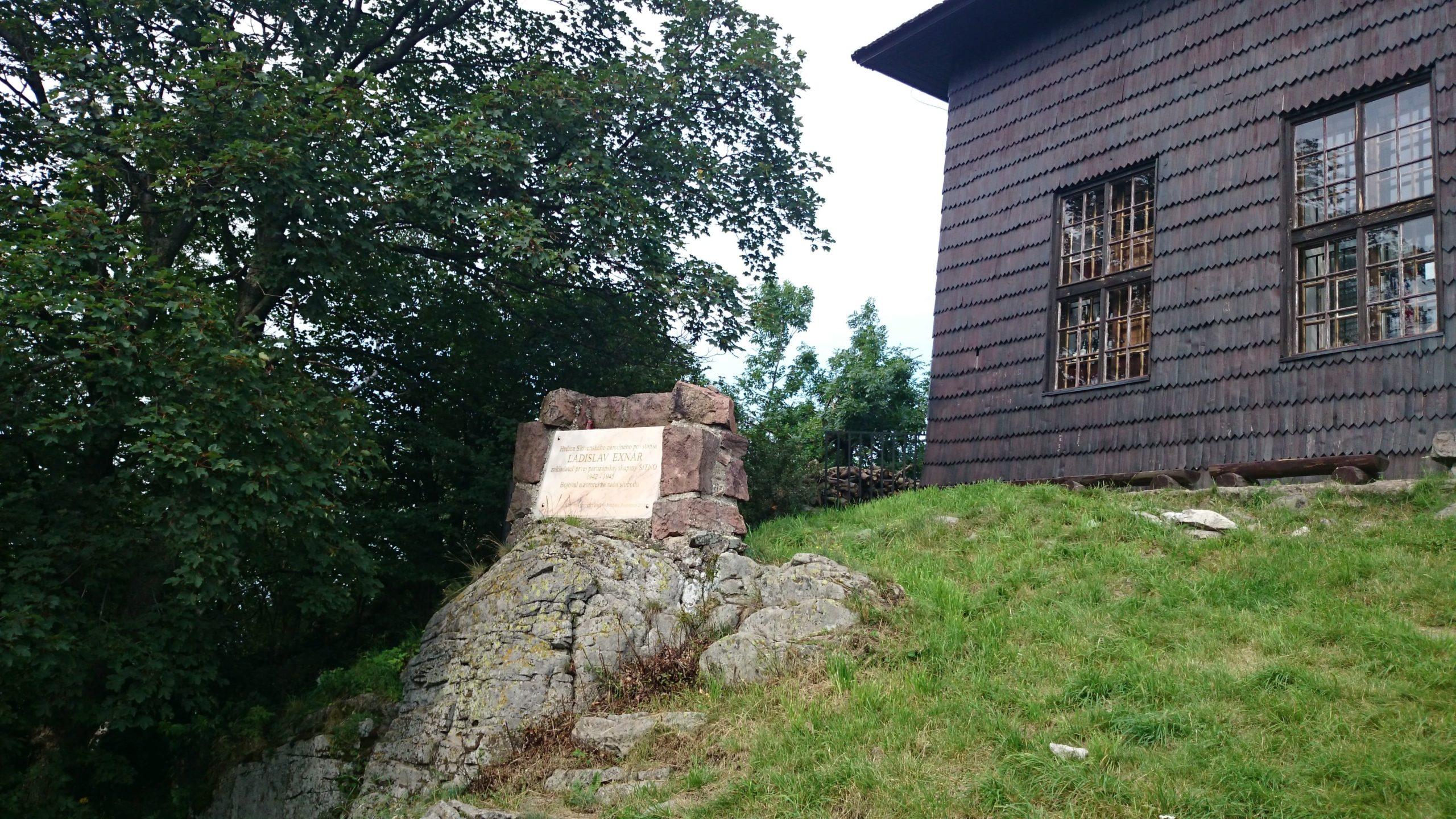 Pomník Ladislavovi Exnárovi na vrchole Sitna