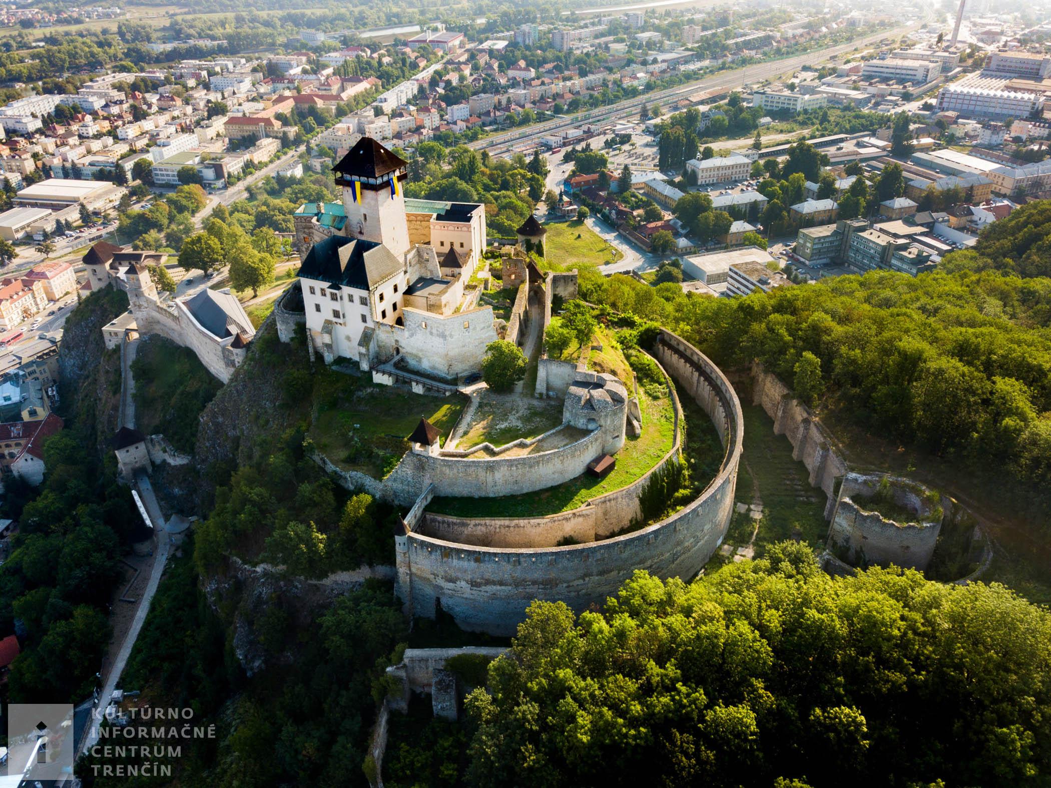 Letecký pohľad na Trenčiansky hrad a jeho nádvoria