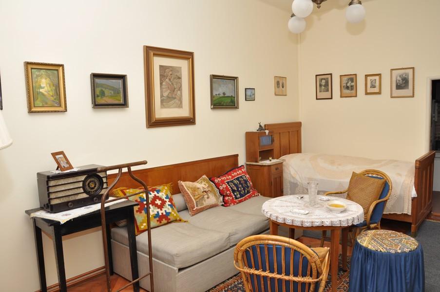 Spálňa v byte básnika ako súčasť druhej časti expozície