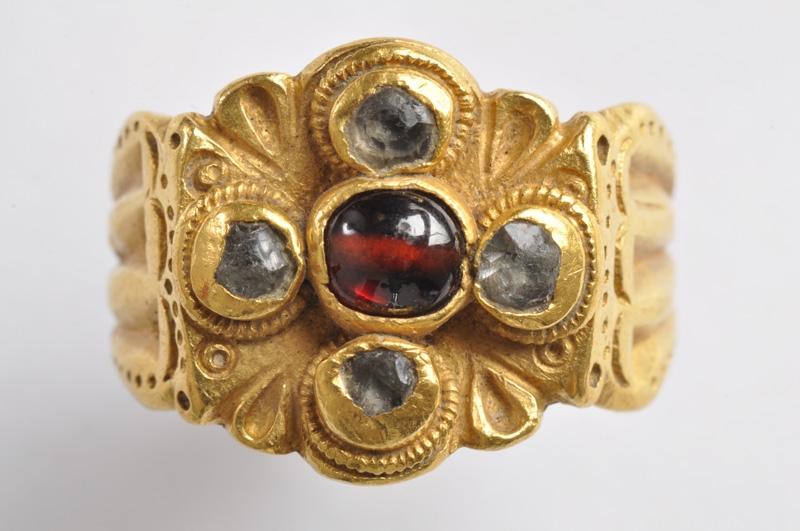 Zlatý prsteň – šperk z prelomu 3-4.stor.n.l., odcudzený z múzea v roku 2016
