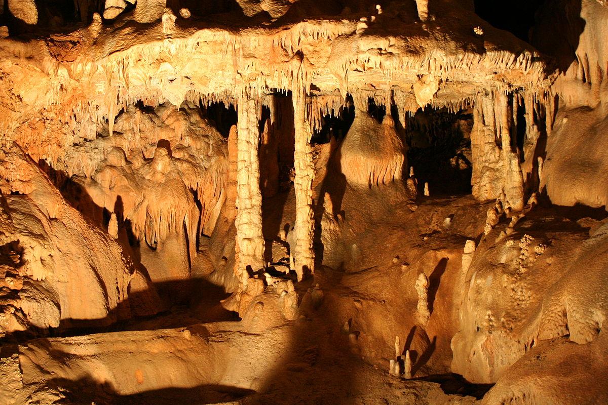 Sintrová výzdoba v jaskyni