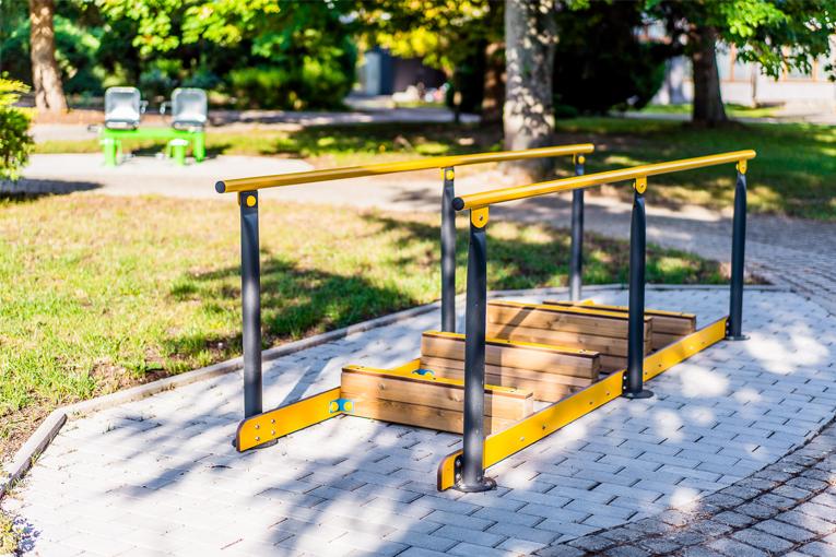 Cvičebné stroje v parku medzi liečebnými domami Smaragd a Rubín.