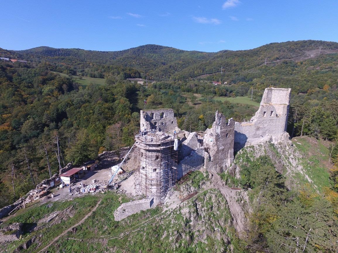 Letecký pohľad na areál Revištského hradu