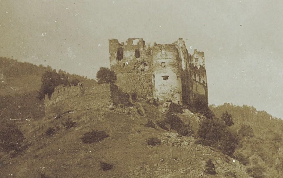 Hrad Revište zacytený na historickej fotografii