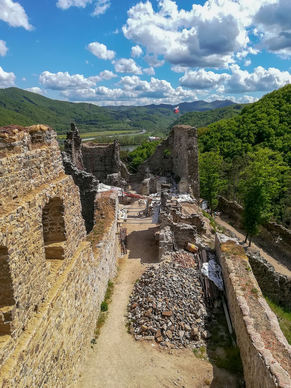 Nádvorie hradu Revište