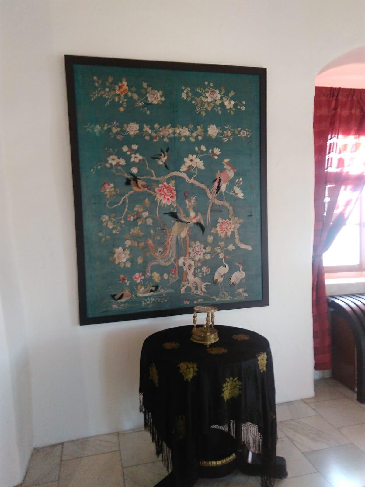 Interiér hradu zdobia krásne obrazy a gobelíny
