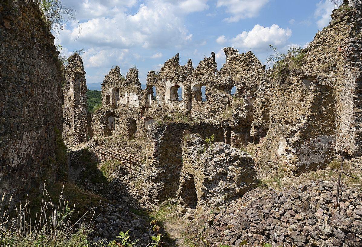 Zrúcanina hradu Šášov – ruiny horného hradu