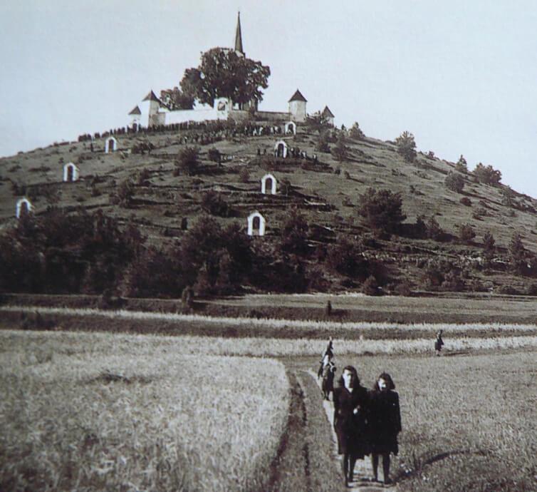 Procesia na kalváriu - historická fotografia