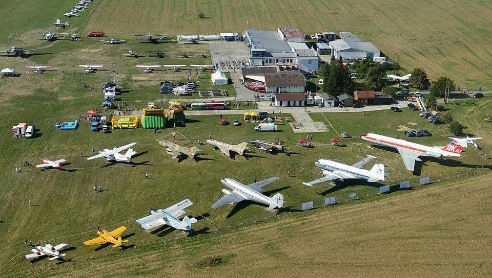 Letecký záber na slavnické múzeum lietadiel