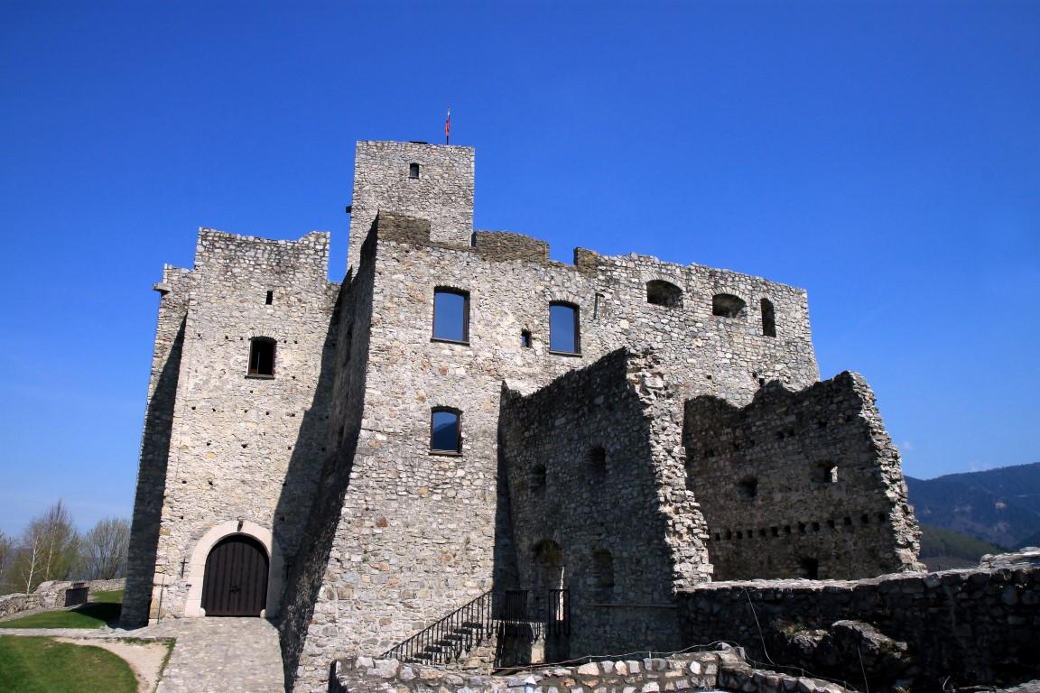Na nádvorí hradu