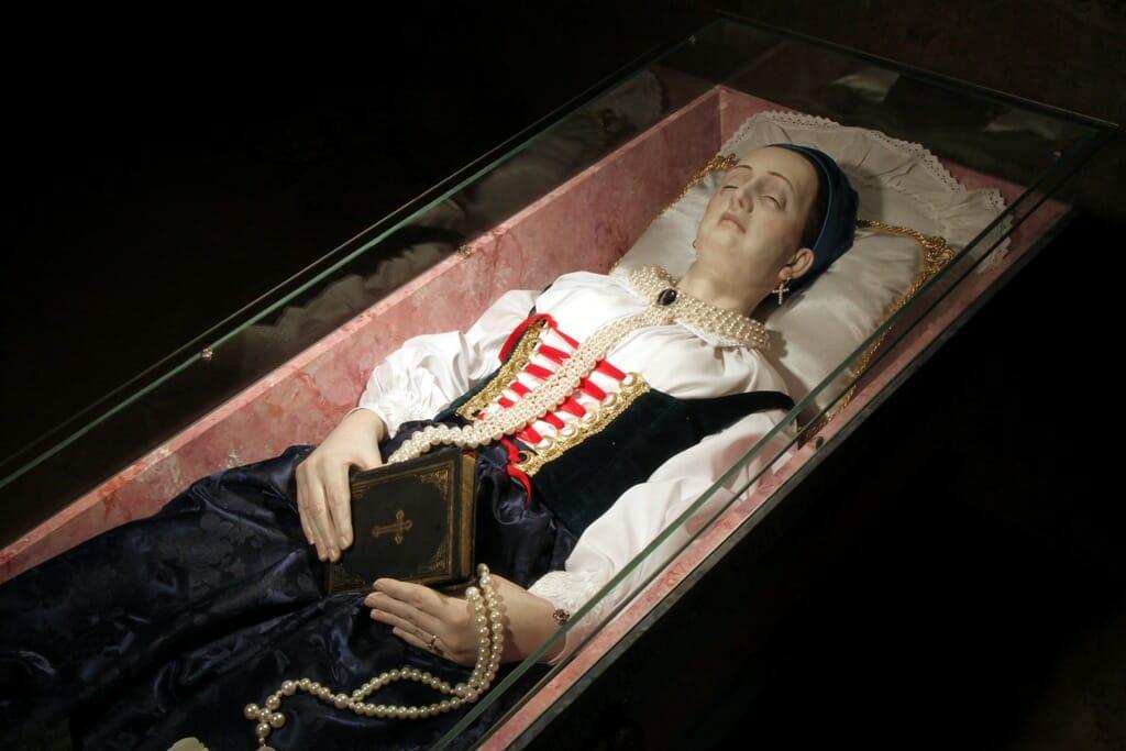 Figurína Žofie po smrti v krypte na hrade Strečno