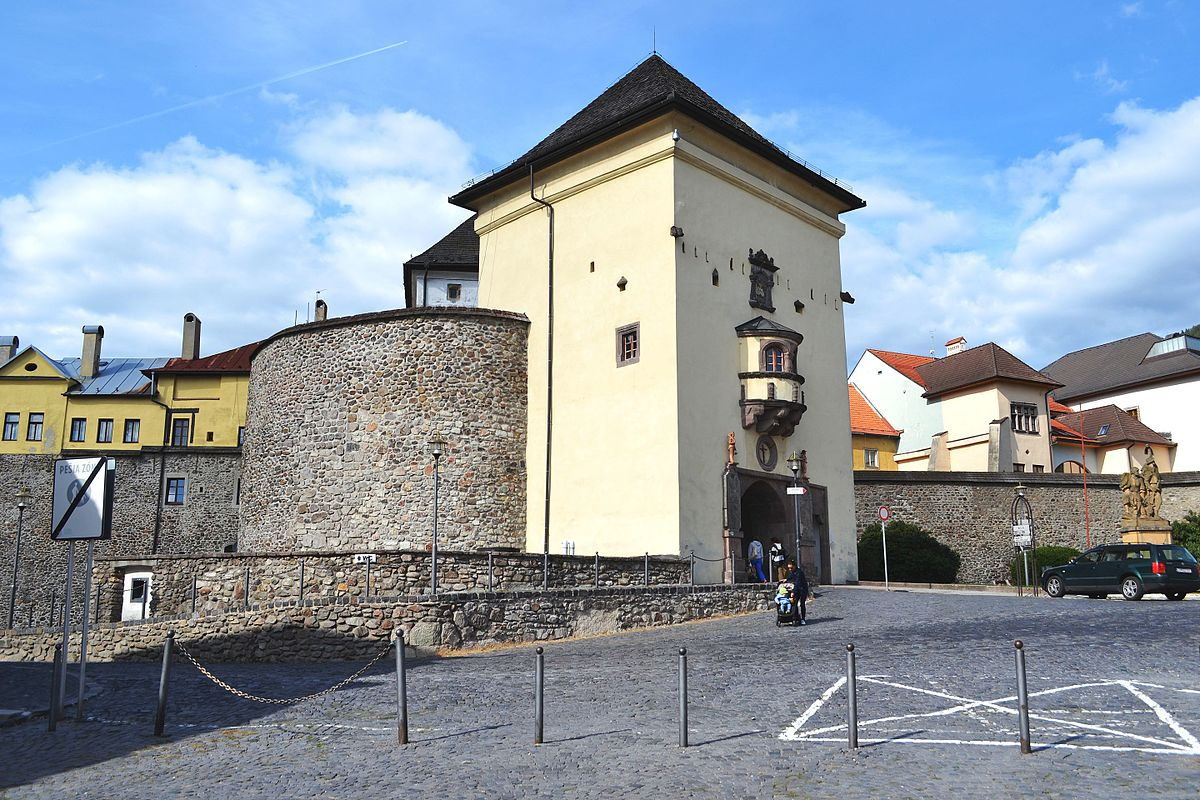 Barbakan a hradobný múr