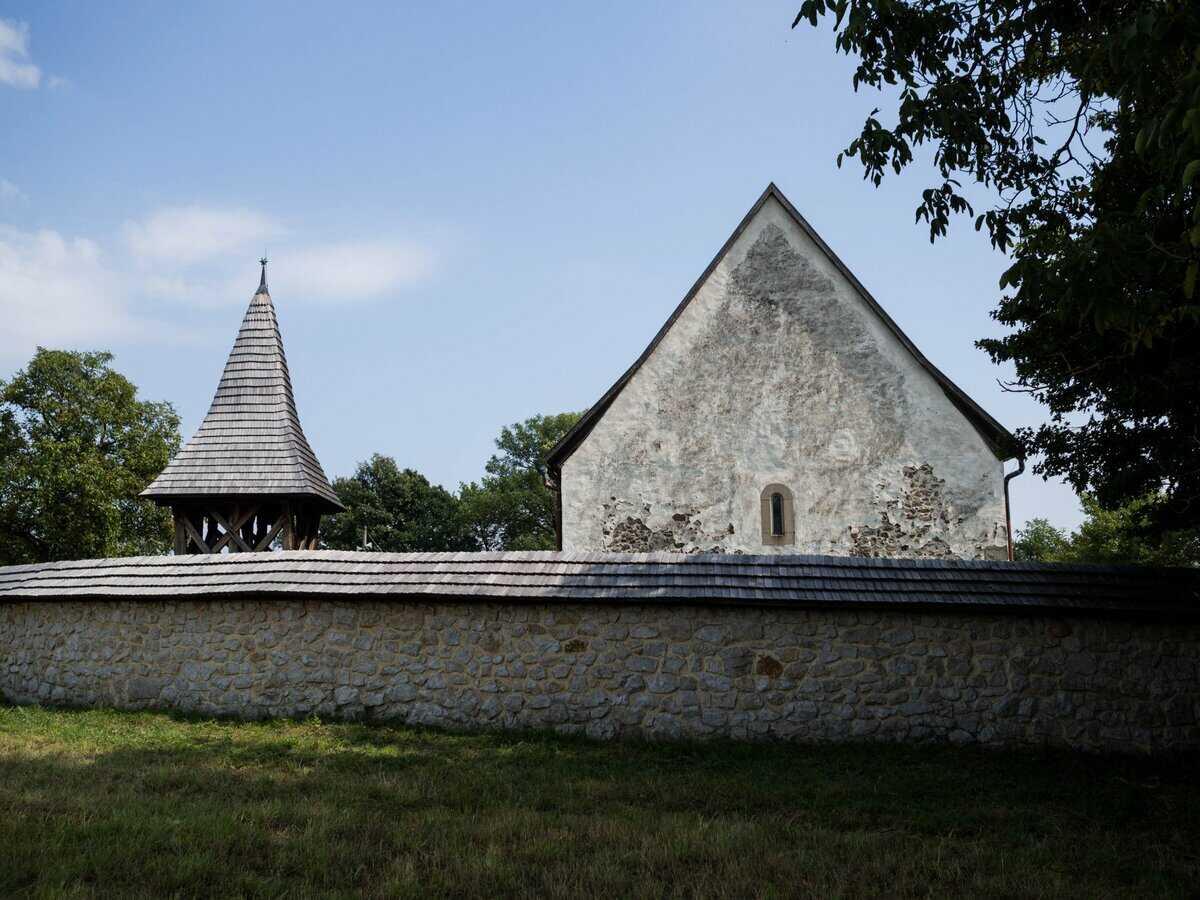 Na obrázku obranný múr, zvonica a evanjelický kostol a.v. v Kraskove