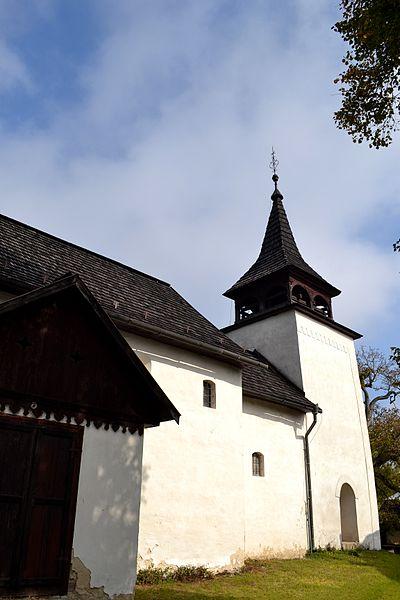 Evanjelický kostol v Kyjaticiach z prelomu 13. a 14. storočia. Pohľad na kostolík od juhozápadu.