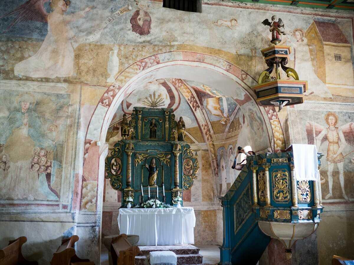Nástenné maľby vytvorené technikou pravej fresky, odkryté v 20. storočí a renesančná kazateľnica, Kraskovo ev. kostol a.v.