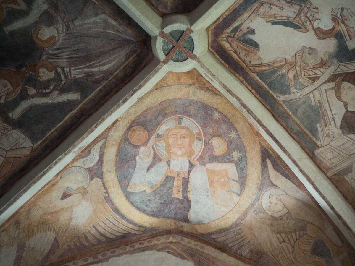 Nástenné maľby z 2. pol.14. storočia. V strede žehnajúci Kristus