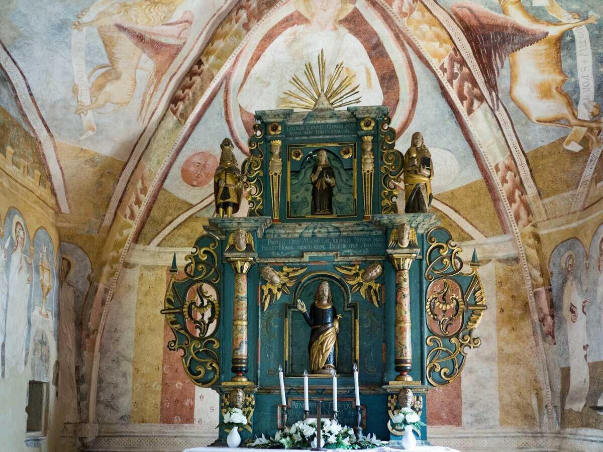 Oltár z roku 1668 s plastikou sv. Ladislava v strednej nike, Kraskovo ev. kostol a.v.