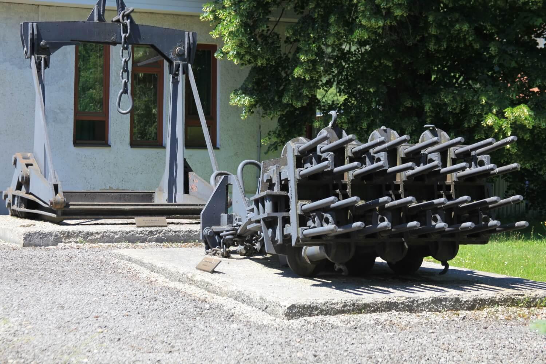 Hutnícke múzeum v Podbrezovej – na obrázku je zobrazené stripovacie zariadenie, ktoré umožňovalo vystripovať ingoty z kokíl