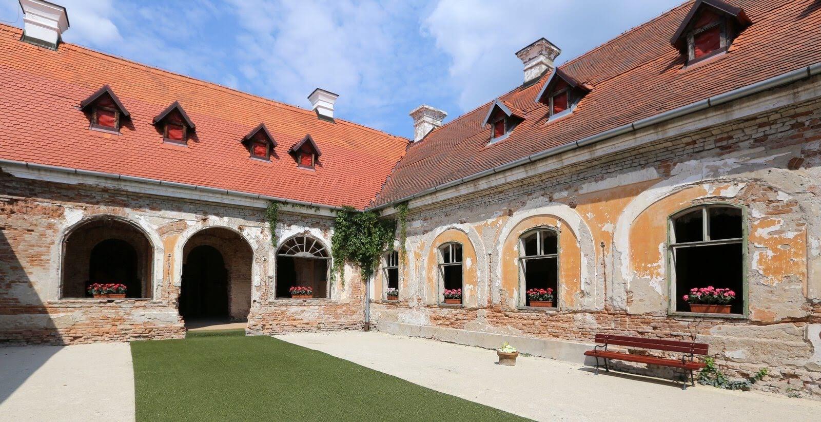 Kaštieľ v Želiezovciach – pohľad na nádvorie