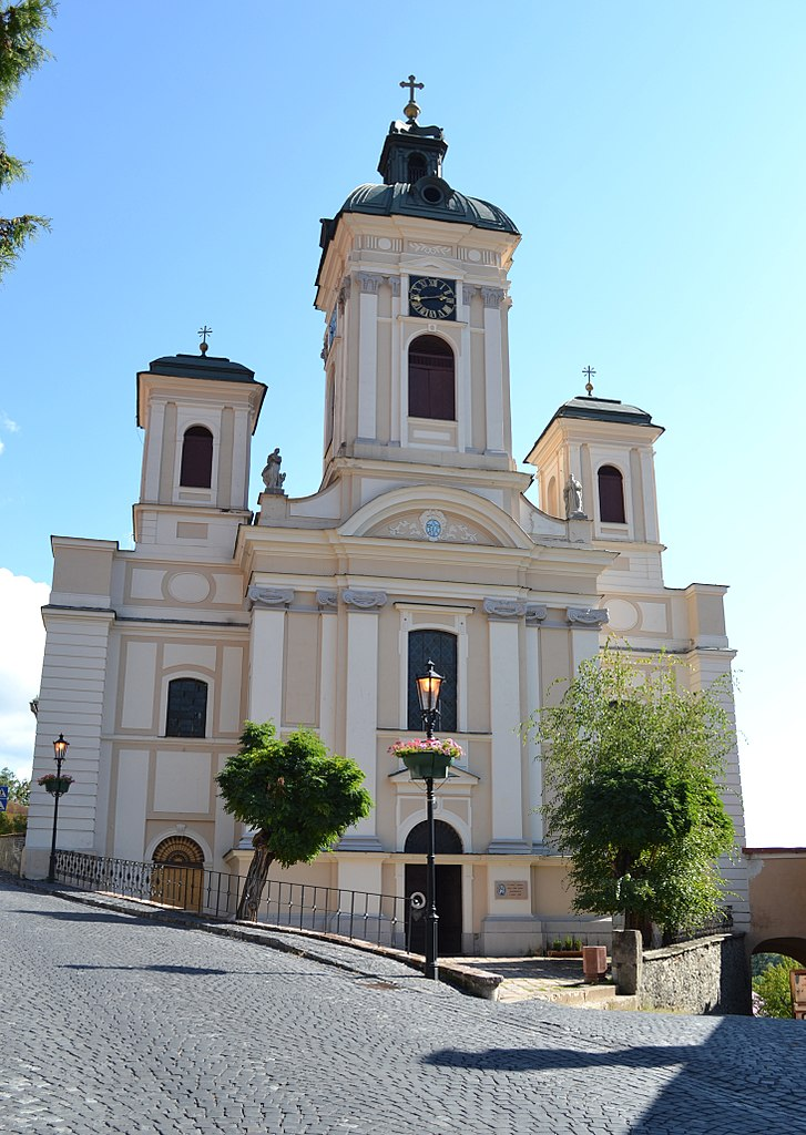 Pohľad z predu na kostol Nanebovzatia Panny Mária