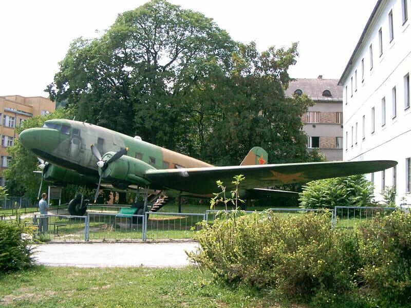 Vonkajšia expozícia múzea - sovietske bombardovacie lietadlo Li-2