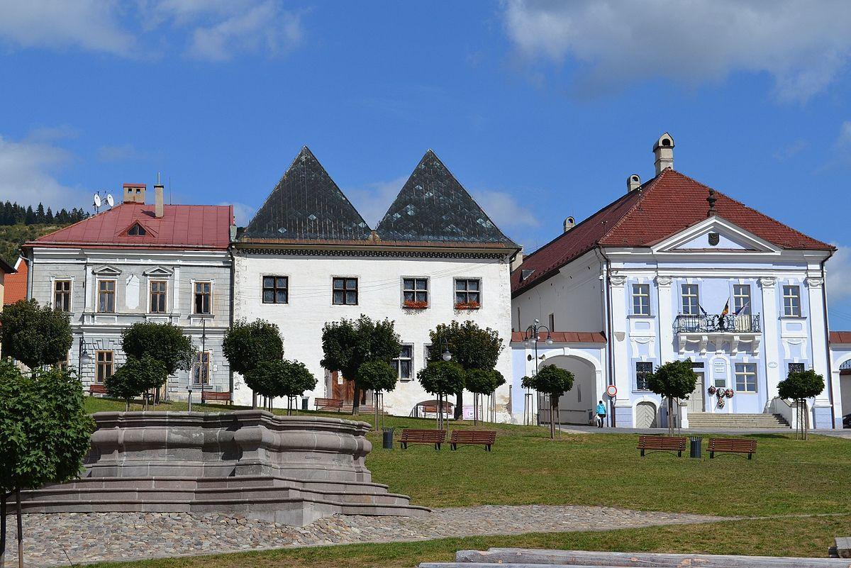 Meštianske domy – budova mestského úradu a Múzeum gýča, v popredí baroková fontána.