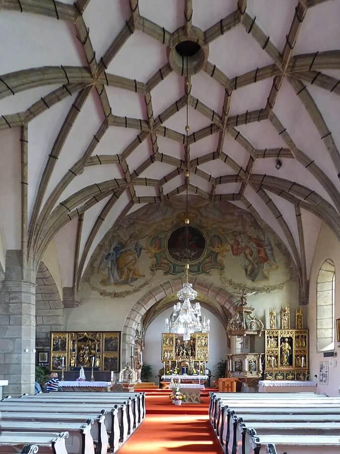 Interér pukanského kostola sv. Mikuláša – pohľad na klenbu