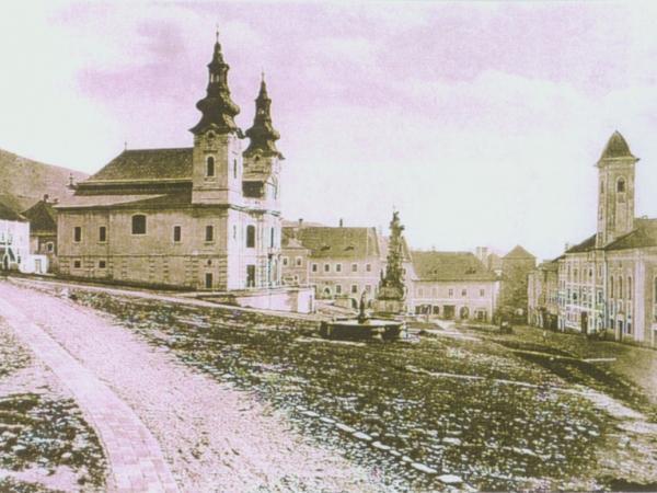 Štefánikovo námestie na historickej fotografii – v súčasnosti neexistujúci chrám Blahoslavenej Panny Márie
