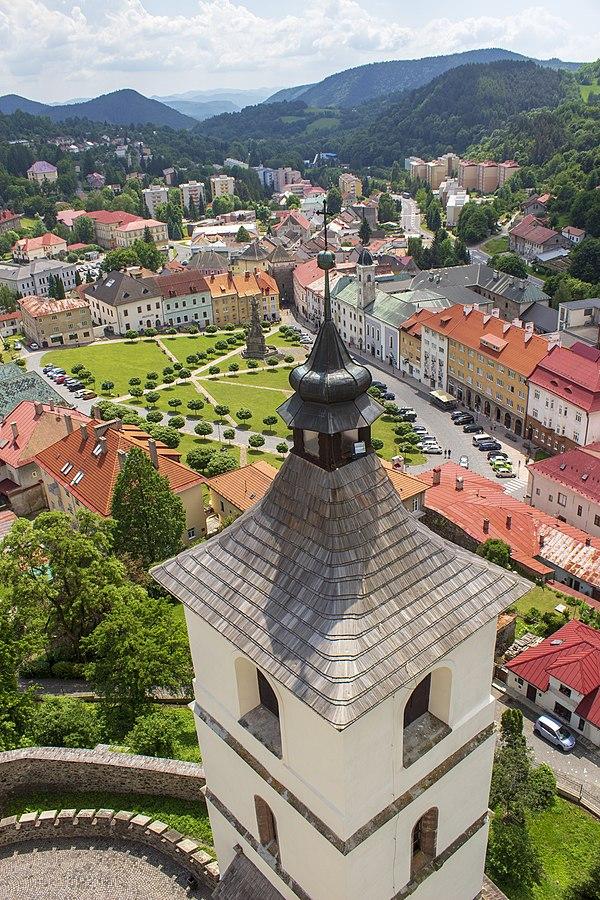 Výhľad z kostolnej veže na Štefánikovo námestie