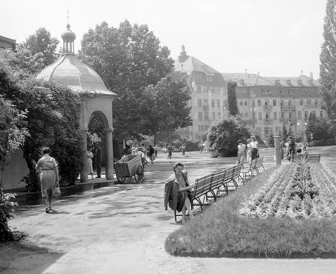 Park pred Napoleonskými kúpeľmi. V pozadí hotel Thermia Palace