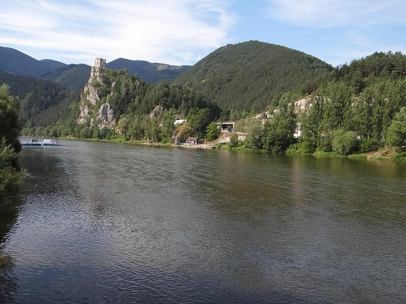 Rieka Váh pod hradom Strečno