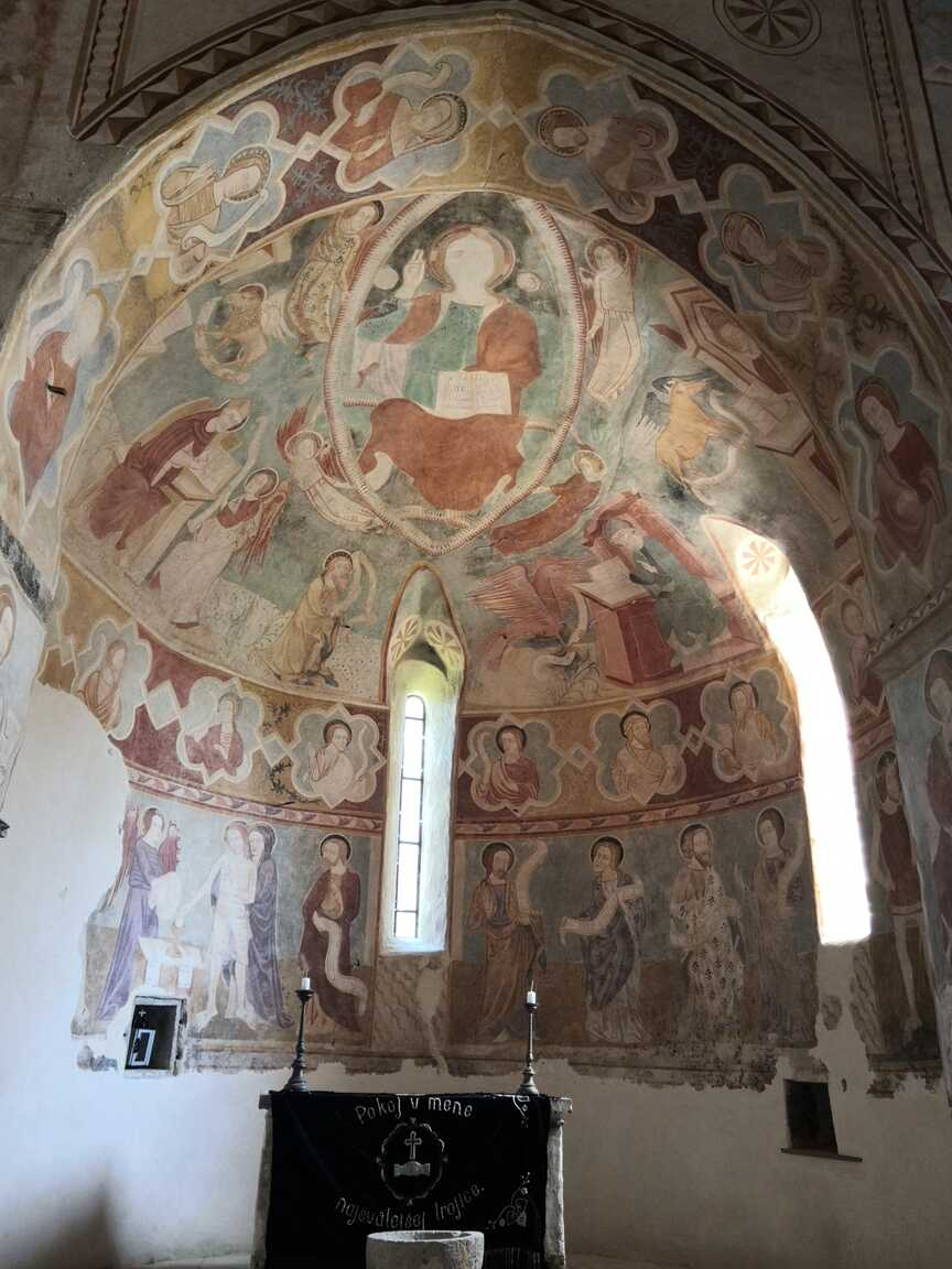 Fresky v románskom kostole v Rákoši