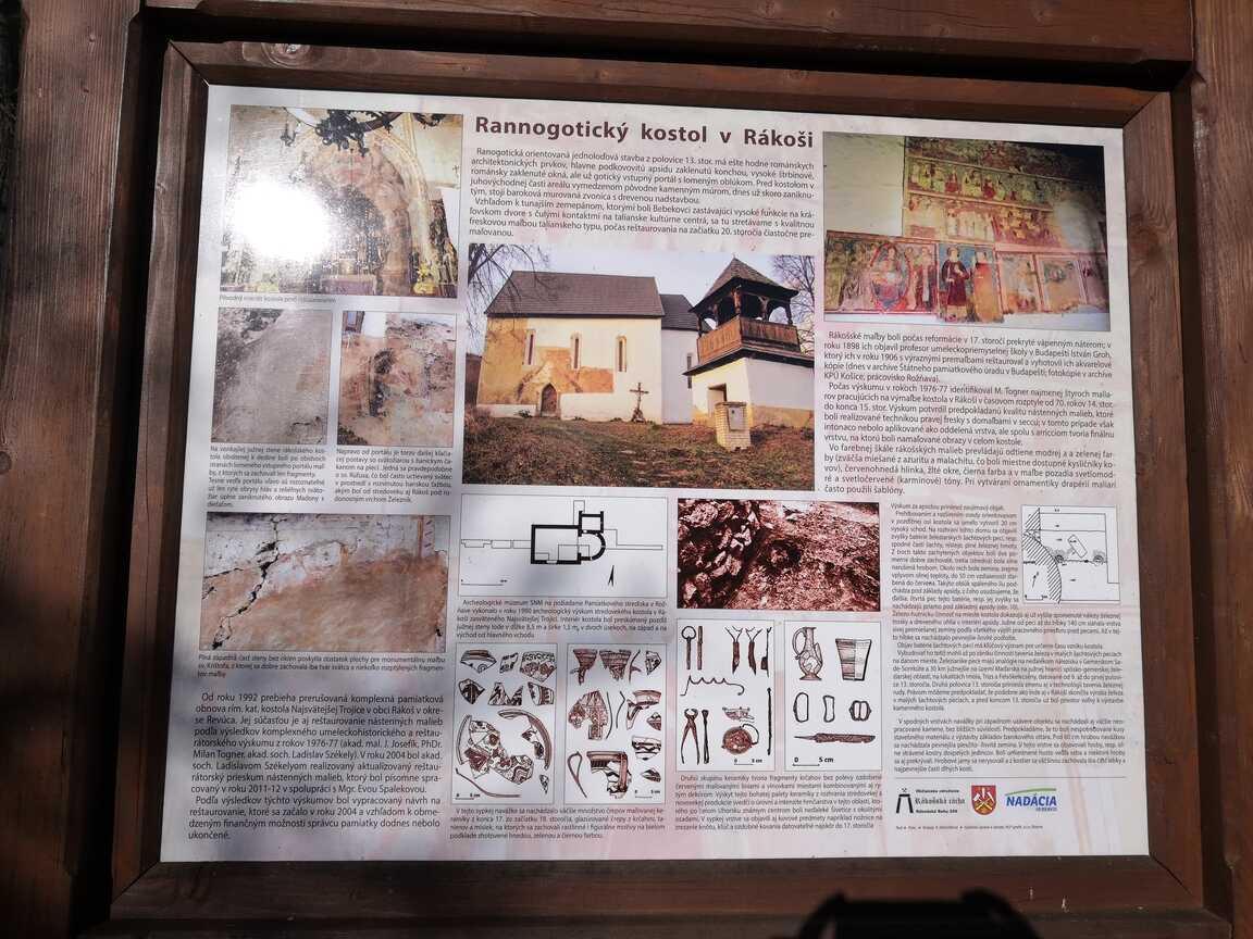 Informačná tabuľa pri kostole v Rákoši