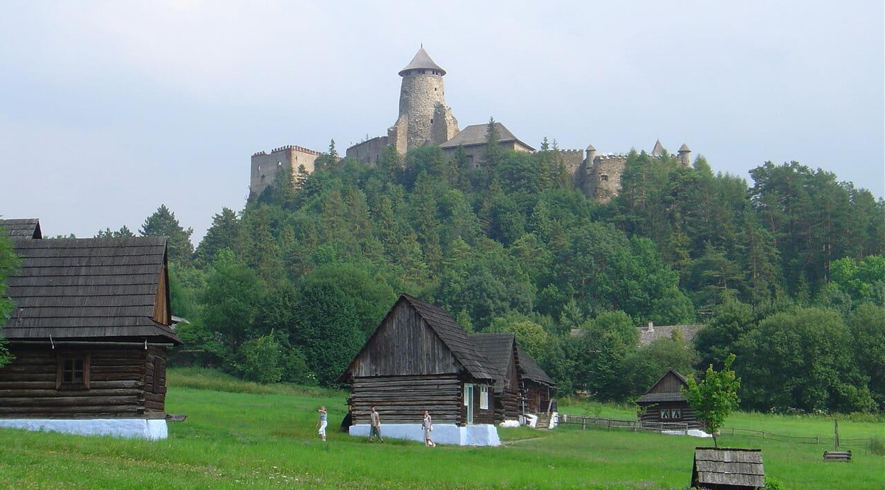 Ľubovniansky hrad so skanzemom