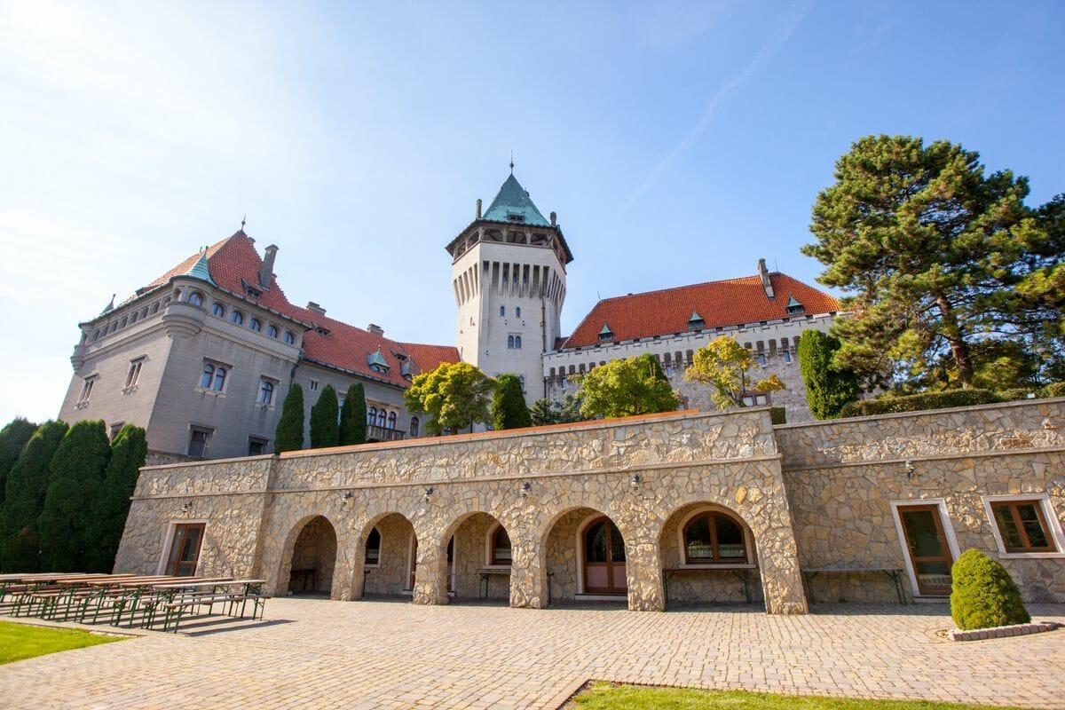 Dolné nádvorie Smolenického zámku
