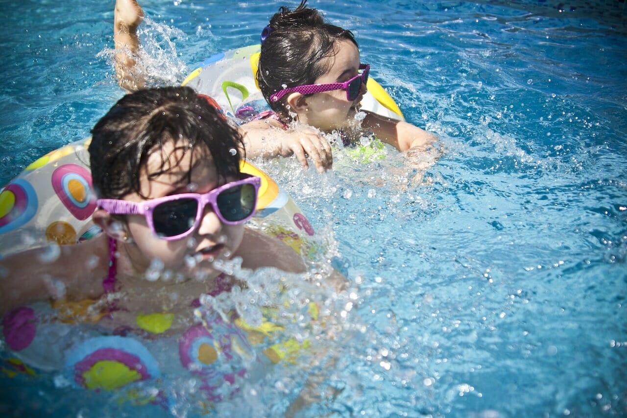 Deti milujú vodu a neobmedzený vstup do bazéna je preto výhodou.