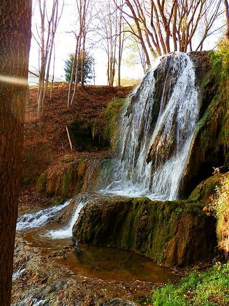 Vodopád prepadá cez travertínové terasy