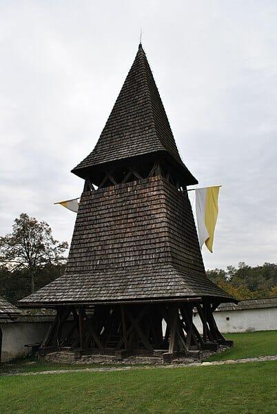 Zvonica pri gotickom kostole Čerín