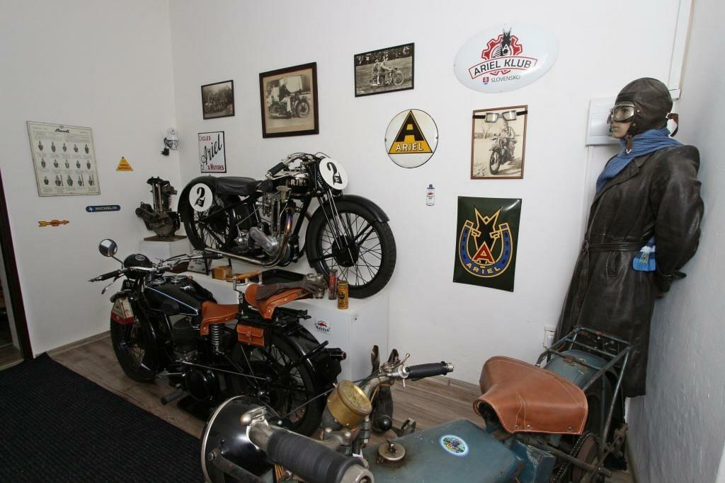 Expozícii motocyklov dominuje motocykel Ariel 500 Super Sport, 1928