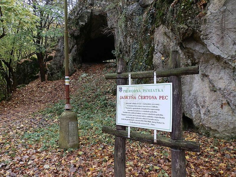 Informačná tabuľa pri jaskyni Čertova pec