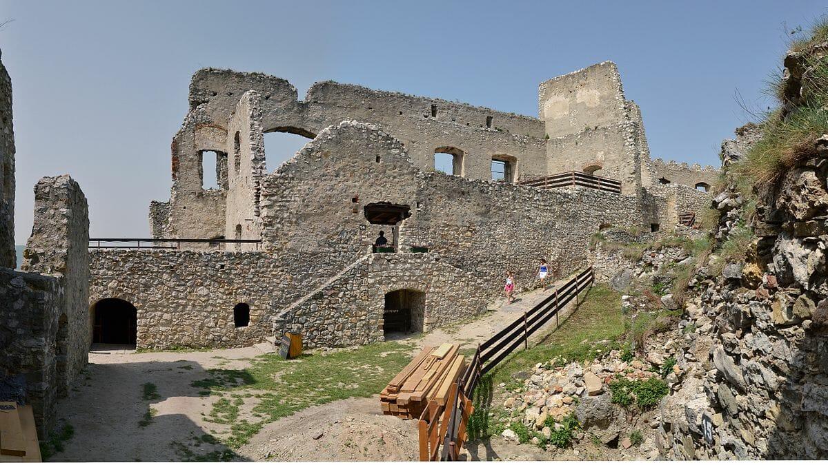 Západná časť hradu