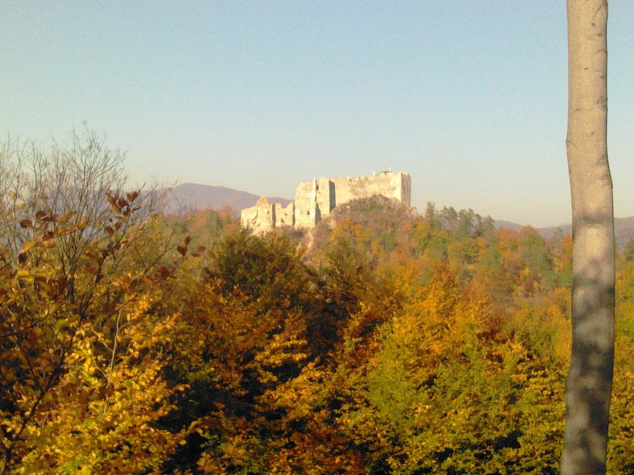 Panoramatický pohľad na Hrad Uhrovec