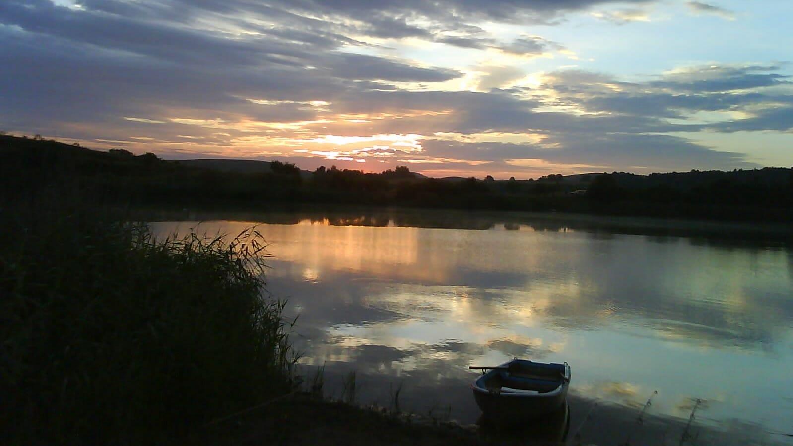Západ slnka nad vodnou nádržou Číž