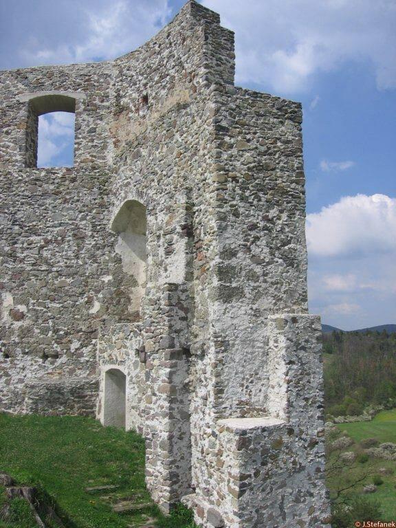 Bočný pohľad na hrad Dobrá Niva